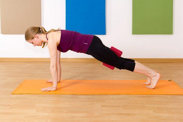 Yoga für Kletterer Bretthaltung mit Block als Hilfsmittel zwischen den Knien für mehr Stabilität