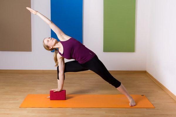 Yoga für Kletterer Seitenstreckung mit Block als Hilfsmittel